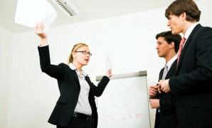 كن رائدا ذكيا وتعلم كيف توجه الموظفين دون نقد