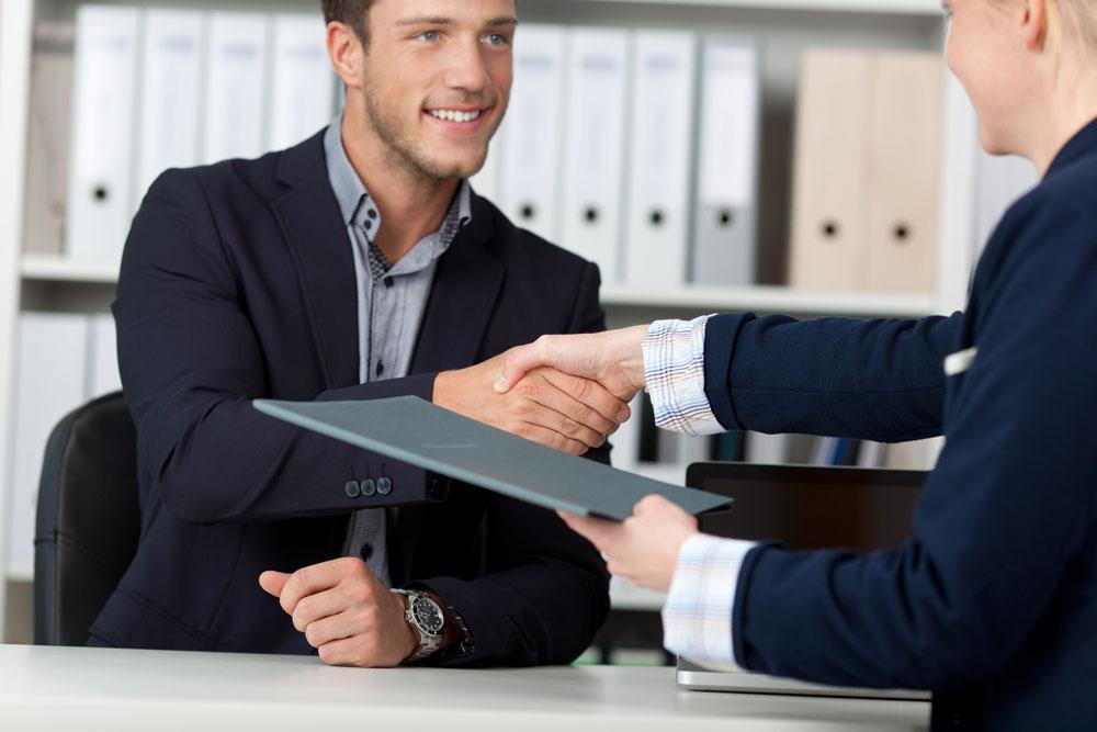 من له صلاحية اجراء المقابلات الشخصية مع الموظفين الجدد ...؟